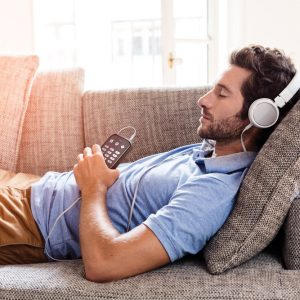 trek-_man_relaxe_sofa_music-lr