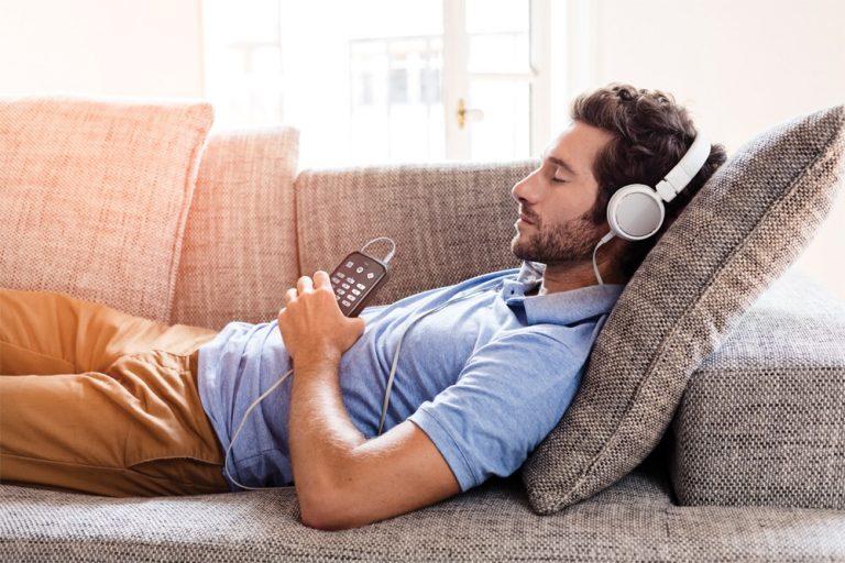trek-_man_relaxe_sofa_music-lr